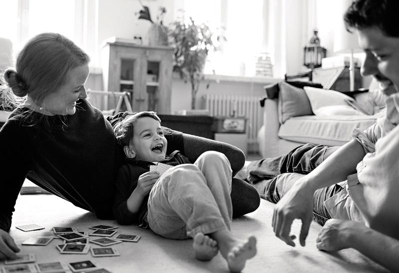 natürliches, spontanes Porträt einer Familie