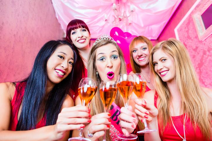 Gruppenfoto vom Junggesellinnenabschied in pink