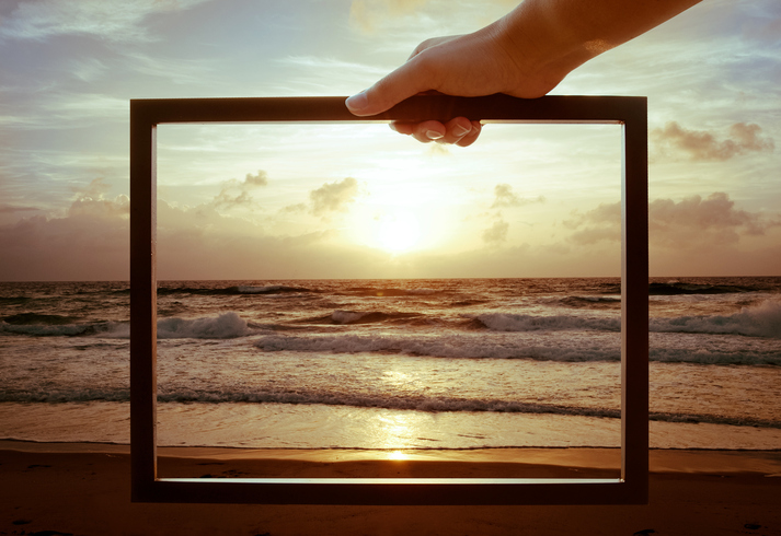 Bilderrahmen vor Meer und Sonnenuntergang