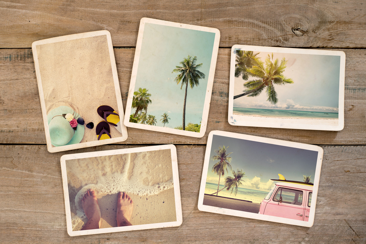 Urlaubsfotos auf einem Tisch