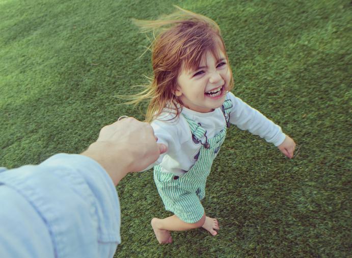 Lachendes Kind Auf Einer Wiese