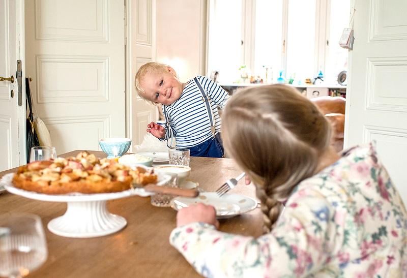 gelungenes Kinderfoto in einer hellen Wohnung