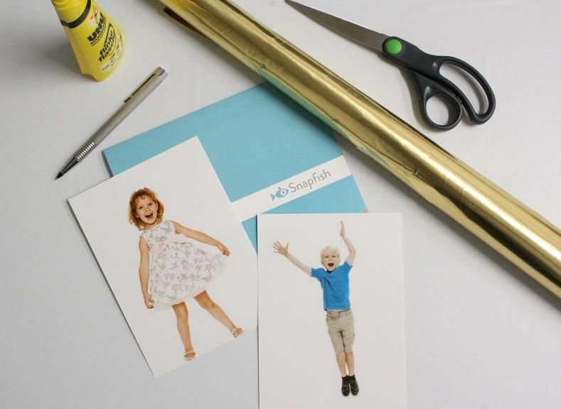 Fotos, Schere und Goldpapier für Basteln von Weihnachtsdeko