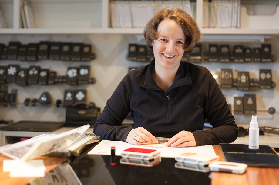 Jana Trautmann am Basteltisch