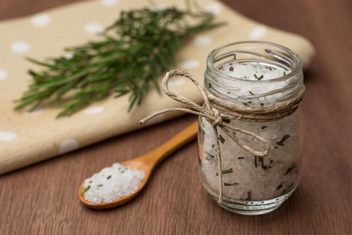 Salz selbermachen mit Rosmarin