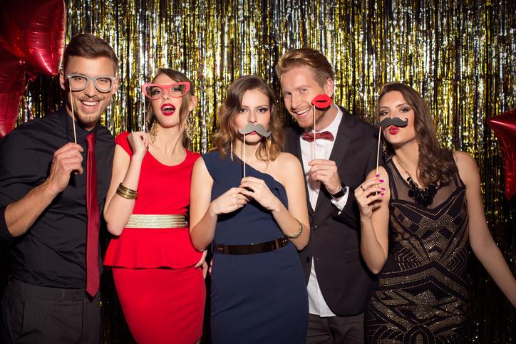 Witziges Partyfoto im Fotoautomat mit Schablonen