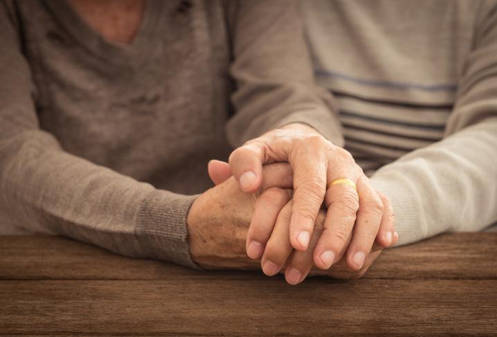 Hände eines älteren Ehepaars