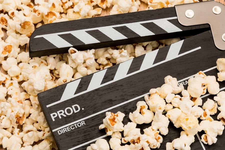 Filmklappe liegt in Popcorn