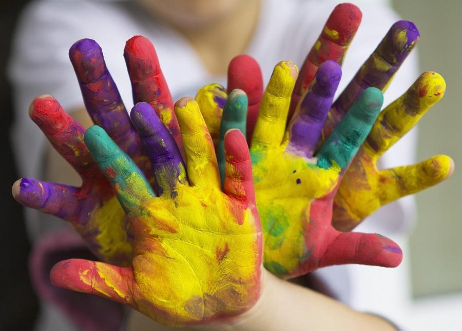 Fingerfarbenhände bunt