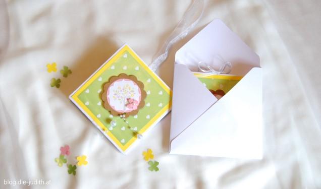 gelbe taufeinladung mit weißem Kuvert