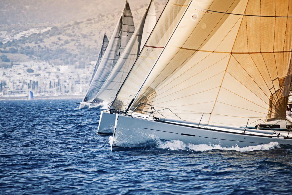 Segelboote in einer Reihe auf dem Wasser