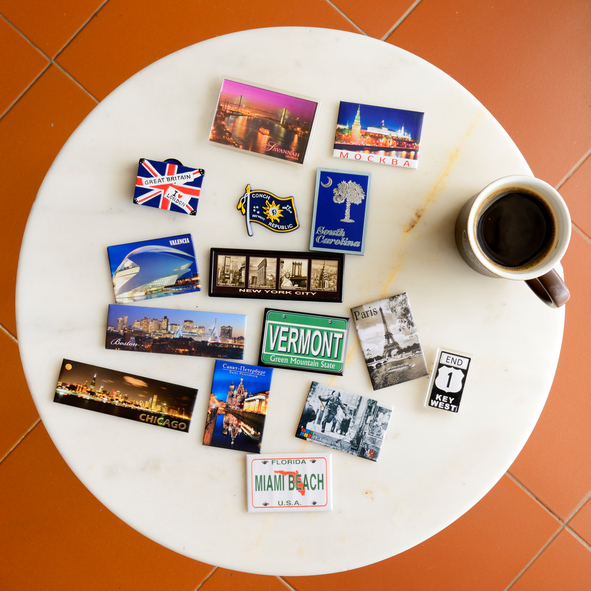 Magnete aus unterschiedlichen Ländern auf einem Tisch